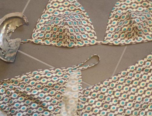 Bikini mit türkisfarbenen Ovalen