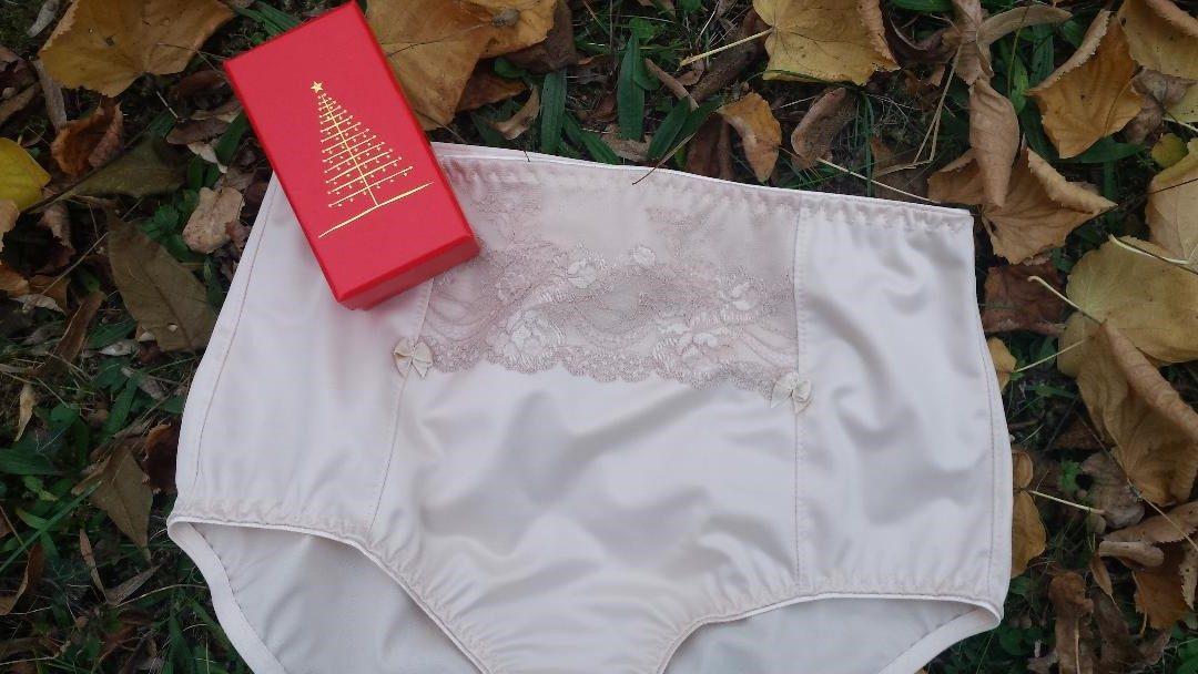 Handgefertigte Unterhose auf Mass in Hautfarbe mit einer Blumenspitze im Mittelteil